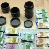 De_opgegraven_kokers_en_het_geld_dat_erin_zat_(Foto_Justitie)