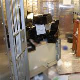 De criminelen braken daarna de kluisjes open waar diamanthandelaren hun voorraad hadden opgeslagen voor het paasweekend