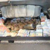 geld-veel-in-kofferbak_P