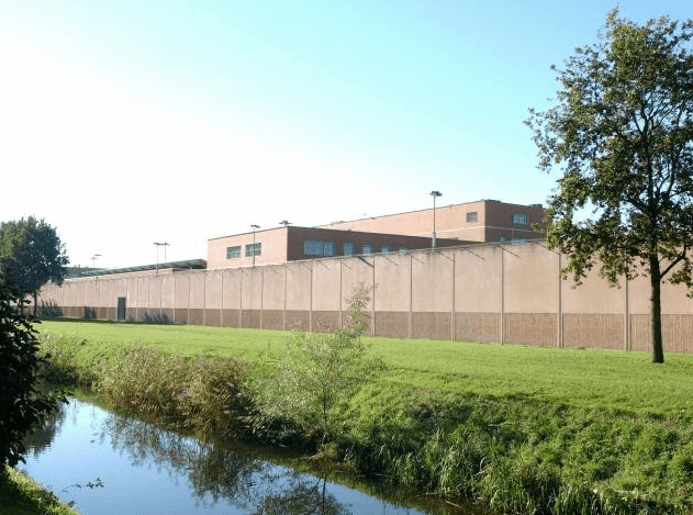 Eis: zes jaar cel en tbs voor neersteken cipier in PI Alphen