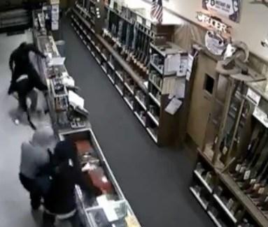 Massale inbraak in wapenhandel (VIDEO)