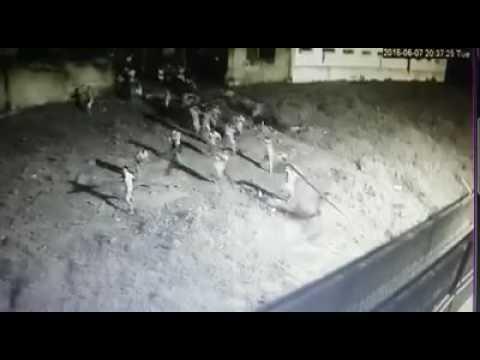 Tientallen gevangenen klimmen over de muur (VIDEO)