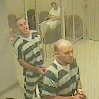 Gevangenen breken uit en redden cipier (VIDEO)