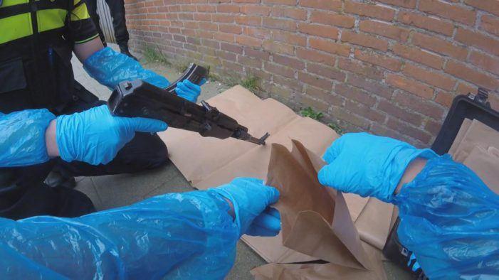 Politie neemt AK-47's in beslag (VIDEO)