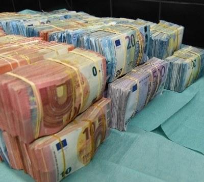 Politie pakt 1,1 miljoen euro cash