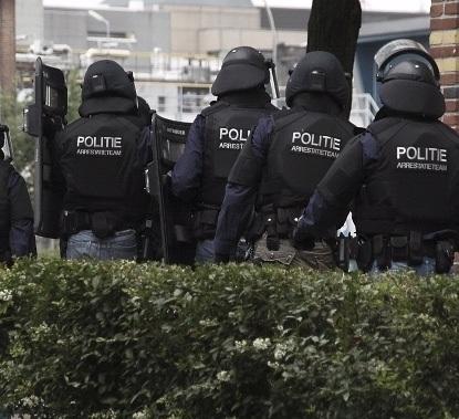 Politie-invallen om handel synthetische drugs (UDPATE2 VIDEO)