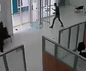 Bankoverval gaat niet helemaal goed (VIDEO)