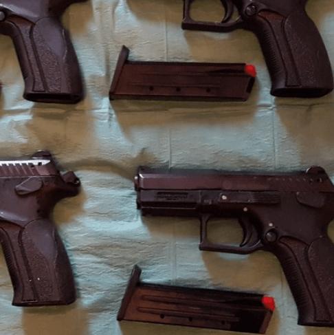 Brit met grote hoeveelheid wapens aangehouden