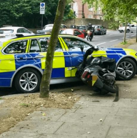 Engelse politie: aanrijden vluchtende verdachten op scooter effectief (VIDEO)