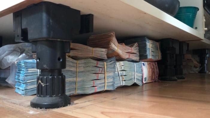 Zes ton cash onder het keukenblok
