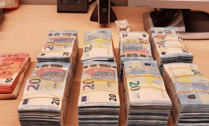 Twintigjarige met 85.000 euro cash in zijn auto