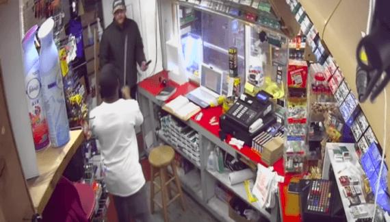 Medewerker tankstation verjaagt overvaller met machete