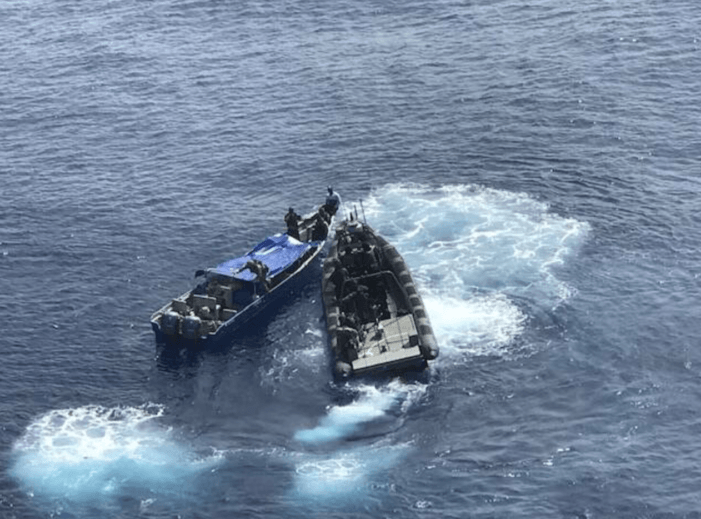 Marine pakt 1.600 kilo cocaïne in Caraïbisch gebied