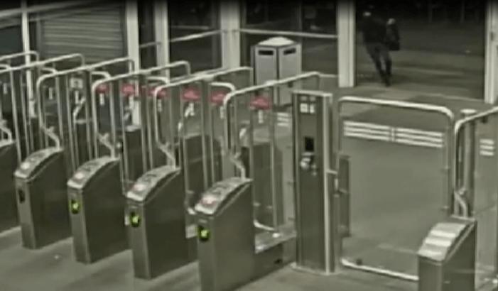 Politie toont beelden plofkraak metrostation Amsterdam