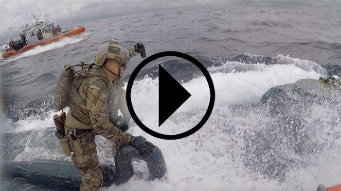 Militair entert drugsonderzeeër in volle vaart (VIDEO)