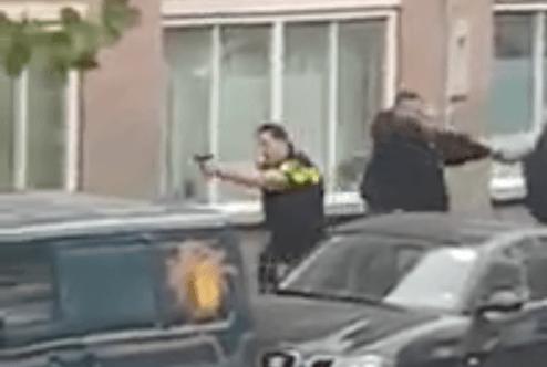 Beelden schietende agenten in de Bijlmer (VIDEO)