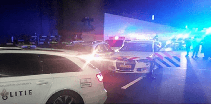 Automobilist rijdt twee politieauto's aan in Amsterdam