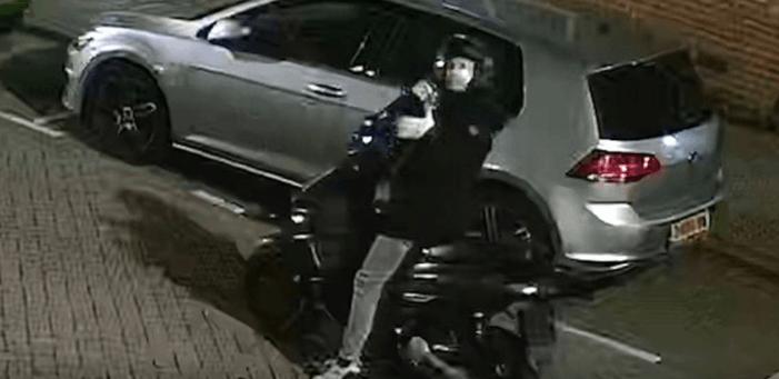 Man die woning beschoot crashte met scooter (VIDEO)