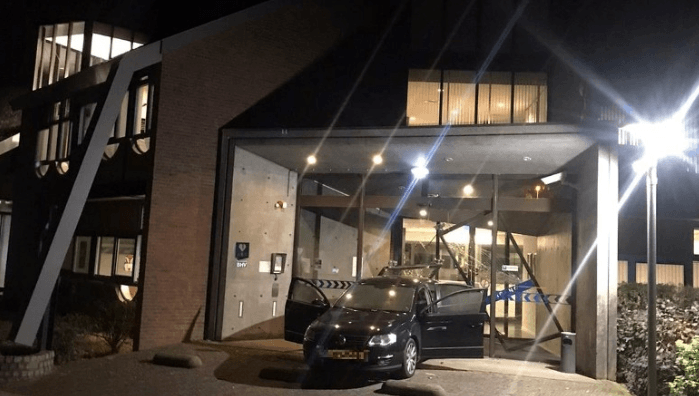 Auto met jerrycans ramt politiebureau