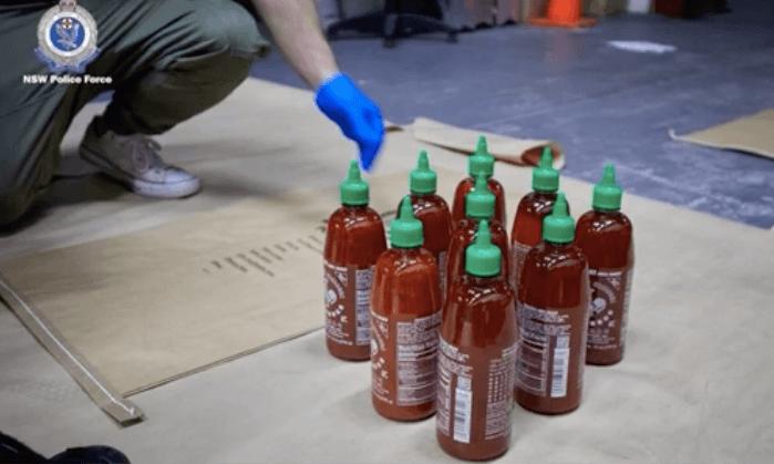 Australische politie vindt crystal meth in 768 flesjes chilisaus (VIDEO)
