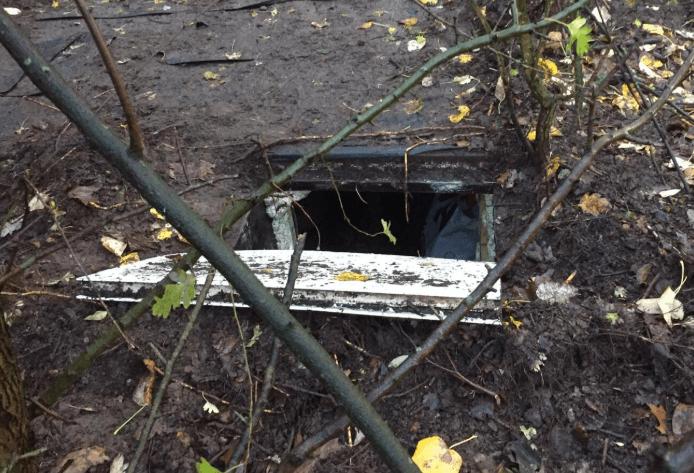 Flink aantal zware wapens gevonden in ondergrondse ruimte bij woonwagenkamp