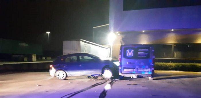 220 gram softdrugs en vuurwapen in gecrashte auto bij Nederlandse grens