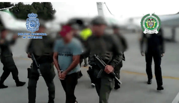 In karton geïmpregneerde cocaïne gepakt (VIDEO)