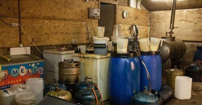 Vier verdachten aangehouden bij drugslab in schuur Eext (UPDATE)