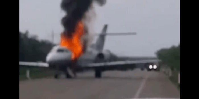 Drugsvliegtuig uitgebrand na landing op snelweg in Mexico (VIDEO)