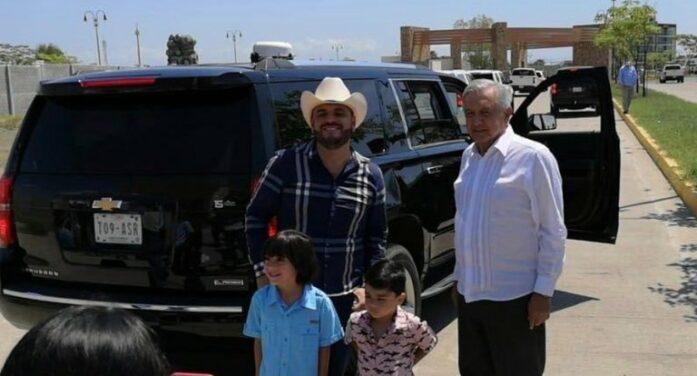 Mexicaanse president doet foto met kartel-zanger (VIDEO)