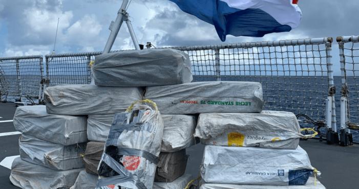 Marineschip neemt halve ton cocaïne en aapje in beslag