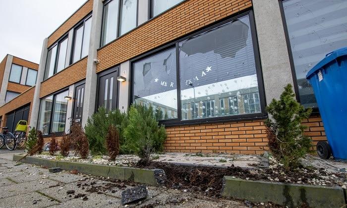 Daders aanslag handgranaat ontkwamen in blauwe BMW
