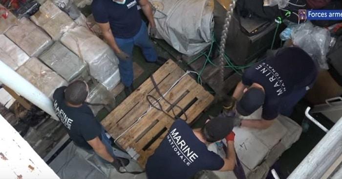 Frans marineschip onderschept 4,2 ton coke voor Europa bij Barbados (VIDEO)