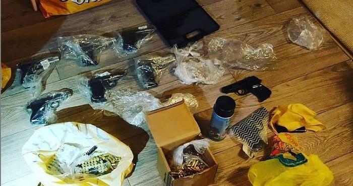 49 vuurwapens gevonden bij tweetal (18, 61) in Eindhoven en Roosendaal