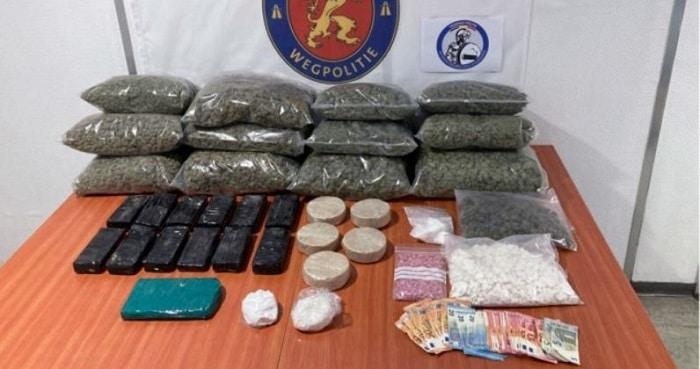 Nederlandse twintigers op snelweg aangehouden voor drugssmokkel