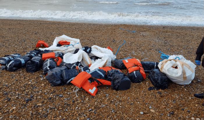 Bijna een ton cocaïne op Engels strand