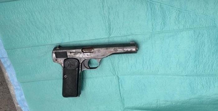 Man op Schiphol aangehouden met doorgeladen vuurwapen in auto