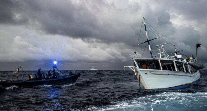 Marineschip pakt 325 kilo coke van Venezolaanse vissersboot