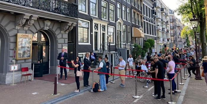 Duizenden mensen brengen laatste eerbetoon aan Peter R. de Vries (UPDATE)