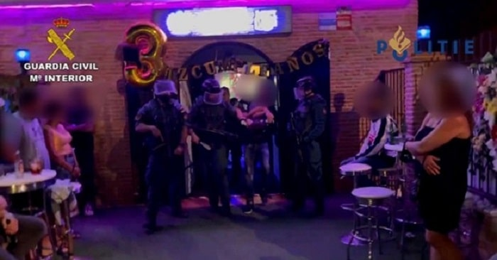 Beruchte crimineel Jeffrey S. tijdens verjaardag opgepakt in Spaanse pub (VIDEO)